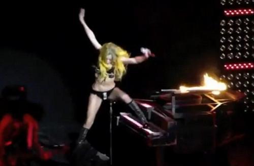 Леди Гага возглавляет рейтинг самых «падающих» звезд. Еще бы, в такой-то обуви! Мы сбились со счету, вспоминая, сколько раз Гага падала с высоты собственного роста.