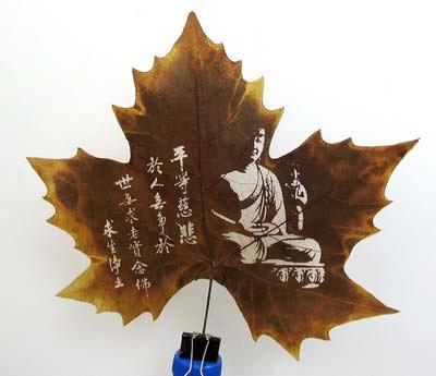 Рисунки на  древесных листьях