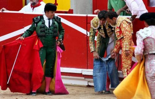А Мигелю Ангелю Перере из Испании пришлось прикрытьсяшортами, когда бык порвал его штаны.