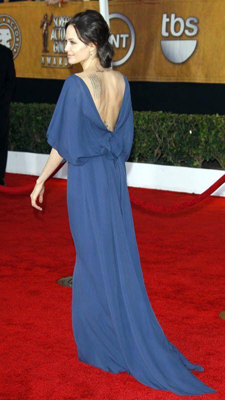 Анджелина Джоли вызвала негодование критиков, когда явилась на вручение кинопремии Гильдии киноактеров в голубом платье от Макса Азрии, надев его задом наперед. По замыслу дизайнера, вырез планировался спереди.