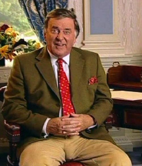 Канал «BBC» получил жалобы от разгневанных зрителей, когда ведущий программы «Точка зрения» Терри Воган появился на экране в слишком узких штанах.