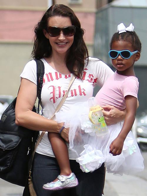 Кристин Девис В 2011 году исполнительница роли Шарлотты из «Секса в большом городе», актриса Кристин Девис удочерила девочку. Звезда понимала, что усыновление (да еще и когда ты одинока) — серьезное испытание, но, по ее словам, она стала очень счастливой. И, несмотря на то, что Кристин так и не встретила свою любовь, пару месяцев назад звезда снова стала мамой — 53-летняя актриса усыновила мальчика.