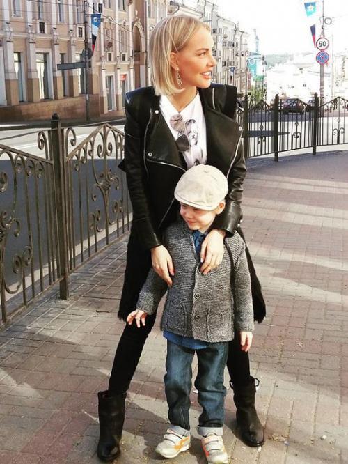 Маша Малиновская Маша Малиновская одна воспитывает сына Мирона, которого родила от чеченского бизнесмена Мамихана Мальсагова. Возлюбленный оказался женат, так что телеведущей ничего не оставалось, как взвалить все на свои хрупкие плечи. Спустя несколько лет Маша вышла замуж, но этот брак не сложился. В прошлом году девушка снова осталась одна. По словам Малиновской, она надеется встретить достойного мужчину и одним из важнейших качеств потенциального супруга видит умение найти общий язык с ее сыном.