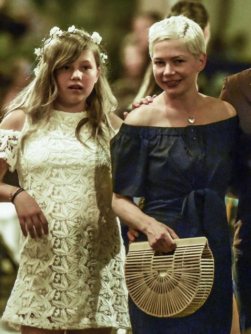 Мишель Уильямс Мишель Уильямс рассталась с Хитом Леджером всего за пару месяцев до его гибели. Дочке звездной пары на тот момент было всего 2 года. Мишель говорит, что в первое время справляться со стрессом и воспитанием малышки ей очень помогли родственники и друзья, но сегодня она научилась быть для ребенка и матерью, и отцом. «Когда ты на протяжении 11 лет сама воспитываешь ребенка, ты расстаешься с романтическими представлениями о жизни просто потому, что появляется практическое понимание, что ты способна это сделать самостоятельно», — говорит актриса.