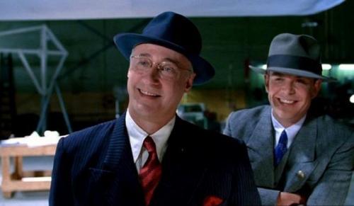 6. «Авиатор» Одна из многочисленных совместных работ Скорсезе и ДиКаприо тоже не смогла обойтись без небольшого ляпа. Герой Брента Спайнера разгуливает в 1920-е годы в очках, которые появятся примерно в 1950-е годы.
