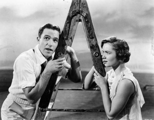 8. «Поющие под дождем» Какая-то тяга к осовремениванию, ведь в музыкальной киноленте 1952 года, события происходят в 1920-е годы. Но тогдашним художникам по костюмам показалось хорошей идеей одеть героинь в платья 50-х.
