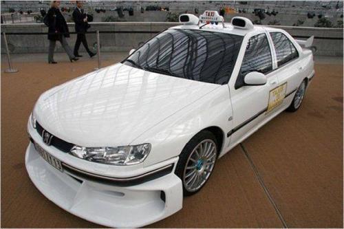 Peugeot 406 Свою популярность автомобиль приобрел за счет французского фильма «Такси», собравшего $200 млн в мировом прокате.  В фильме машина трансформировалась в спорт-кар и наращивала скорость куда быстрее обычных автомобилей. Стоит отметить, что первом части кинокартины снималась одна машина, а вот в продолжениях — другая.