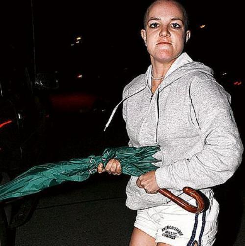 Спирс, сидевшая в автомобиле, явно находилась в расстроенных чувствах, пытаясь прикрыть лицо, а потом выбежала из машины.