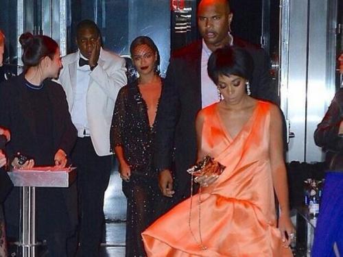 На кадрах видно, как трое знаменитостей заходят в лифт, а после 27-летняя исполнительница в гневе набрасывается на изумленного артиста. Она нанесла ему несколько ударов руками, ногами и клатчем.