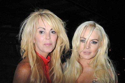 """Не так давно Лохан и вовсе подралась с… собственной матерью. После того, как """"девчонки"""" на славу погуляли в ночном клубе, они решили выяснить денежные отношения."""