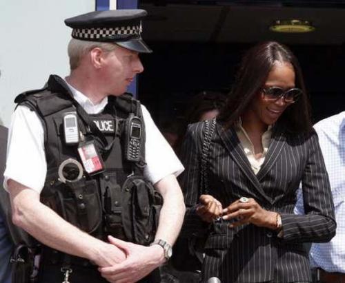 Наоми КэмпбеллМодель известна невыносимым характером и не раз впадала в истерические приступы ярости на глазах у окружающих. В лондонском аэропорту Хитроу модель вышла из себя из-за пропажи багажа и устроила скандал на борту самолета.