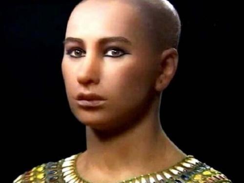 Тутанхамон Тутанхамон стал фараоном Древнего Египта десятилетним ребенком (ок. 1332 г. до н. э.). Он правил всего девять лет и прославился только после смерти. Причины гибели молодого фараона весьма спорны: отравление, падение с колесницы или жестокая малярия. В любом случае, его гробница, найденная в 1922 году, стала величайшим археологическим открытием XIX века, а фараон Тутанхамон – самым знаменитым из всех детей-правителей в истории.На фото: Тутанхамон. Реконструкция образа.