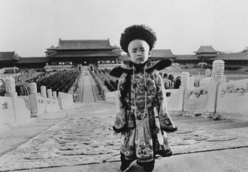 Пу И - последний китайский император Пу И занял китайский престол в двухлетнем возрасте, в 1908 году. Но в 1911 году в стране вспыхнуло вооруженное восстание, направленное на устранение монархической власти. Возникла Китайская Республика. Через год Пу И был смещен с трона. Тем не менее, он остался жить в Запретном городе - исторической резиденции китайских императоров. Здесь к мальчику относились с уважением, соответствующим его происхождению и титулу. На прогулках за ним следовала целая процессия слуг, которые носили чай, угощения и лекарства. Его продолжали воспитывать, прививая качества, необходимые монарху. Для этого приглашали только самых лучших: ученых, академиков, бывших политиков. На фото: Пу И - последний китайский император.