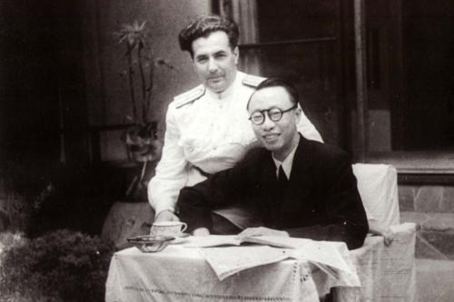 В 1917 году во время восстания военных, Пу И снова стал императором, но ненадолго, всего на две недели. В 1924 году, по достижению совершеннолетия, Пу И лишили его особого статуса, титулов и выдворили из Китая. Дальнейшие политические игры поставили Генри Пу И в зависимость от Японии, и в 1932 году его сделали главой новообразованного государства Маньчжоу-Го. После победы СССР в войне с Японией, императора взяли в плен, а затем передали властям коммунистического Китая. Его «перевоспитали» в одном из специальных лагерей, а затем бывший император доживал свои годы, работая в ботаническом саду и библиотеке.