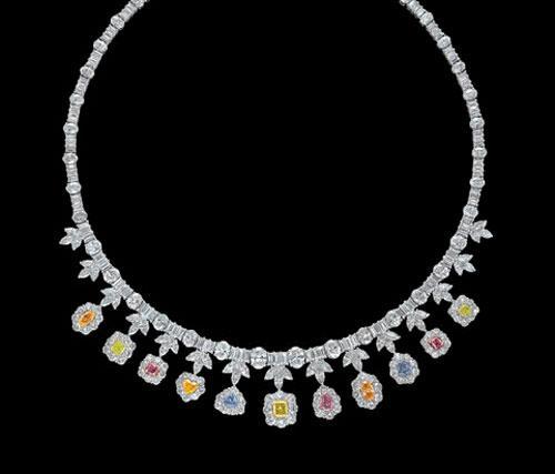 Следующее колье уникально тем, что все драгоценности в нем представлены в естественных тонах. Белоснежное ожерелье состоит из алмазов, основой для которых служит платина и золото. Но цену шедевра ювелирная компания не называет...Вероятно, её трудно переварить на слух...