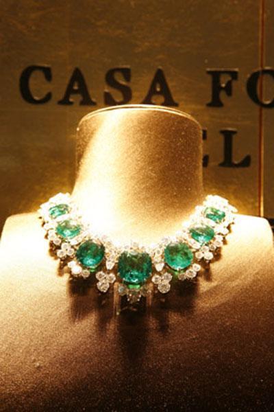 Впечатляющее ожерелье из крупных изумрудов и алмазов, разработанное компанией Bulgari.
