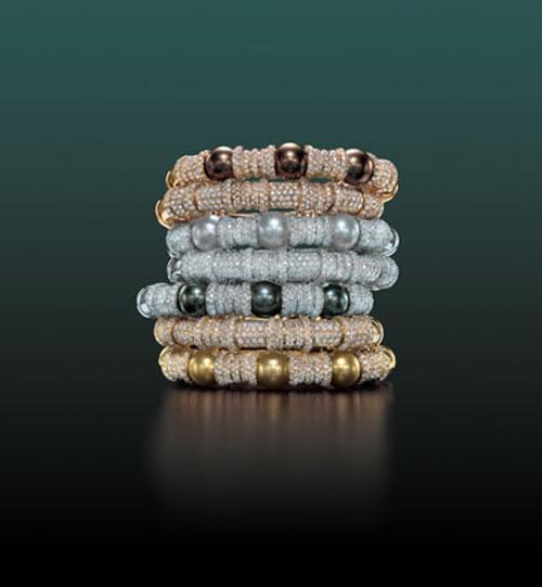 Эти браслеты выполнены из 18-каратного золота и крупного жемчуга, добытого на Таити и в Южном море у берегов Азии. Дополняют великолепие ограненные алмазы. Каждый из этих браслетов серии Classic Combination ювелирного дома Cellini стоит уже более 21 тысячи долларов.