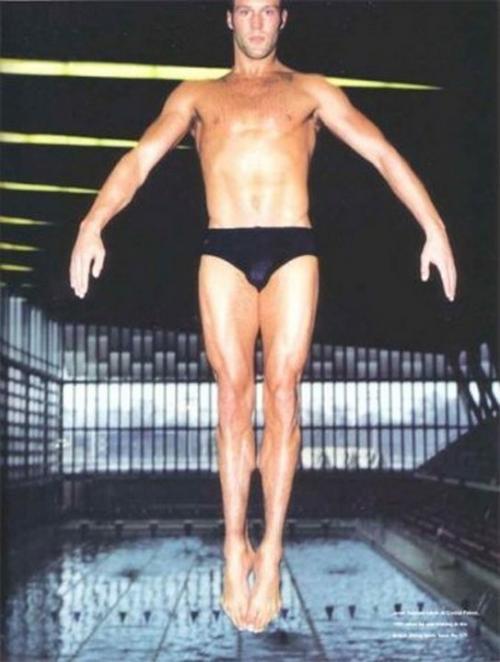 Джейсон Стэтхэм Джейсон не сразу пришел к амплуа брутального героя. Большинство поклонников знают, что долгое время он занимался профессиональным спортом. В 12 лет Стэтхэм был в составе британской национальной сборной по прыжкам в воду и участвовал в олимпийских играх. Но в интервью он рассказывал, что спорт был для него скорее увлечением, а деньги он зарабатывал продажей украшений и парфюмерии на улицах Лондона.