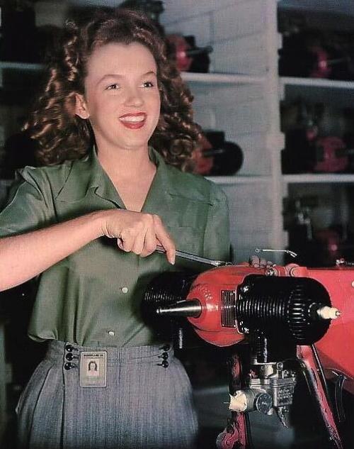 Мэрилин Монро Знаменитая белокурая дива, как известно, вовсе не блондинка. Привлекательная брюнетка по имени Норма Джоан Мортенсон провела свое детство в Лос-Анджелесе, переезжая то в приемную семью, то в приют.
