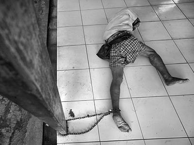Похвальный отзыв жюри:  Реабилитационный центр «Yayasan Galuh» - это психиатрическое учреждение в Бекаси, Индонезия. В центре живут более 250 пациентов. Лечение кожных заболеваний - это единственная медицинская помощь, которую в настоящее время оказывают в этом учреждении. Центр не предоставляет психиатрическую помощь и препараты. Треть пациентов центра прикованы цепями, так как представляют опасность для окружающих.