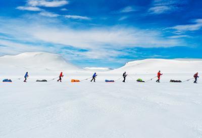 Выбор зрителей в категории «Люди»:«Участники гонки следуют по маршруту известного исследователя Руаля Амундсена на горном плато Хардангервидда, Норвегия». (Kai-Otto Melau)
