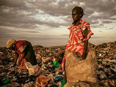 1-ое место в категории «Люди»: «В конце дня женщинам разрешается покопаться на свалке». (Micah Albert)