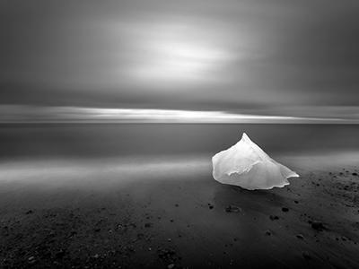 Похвальный отзыв жюри:  «Кусок льда, отколовшийся от айсберга Breiamerkurjkull, лежит на восточном побережье Исландии». (Eric Guth)