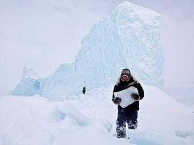 Выбор зрителей в категории «Места»: «Эскимосы откалывают куски льда от айсбергов, чтобы добыть свежую питьевую воду. Для них это - обычное дело. На выходные мы отправились на охоту, и там нам попался этот величественный айсберг. Мы запаслись достаточным количеством льда до конца поездки». (Adam Coish)
