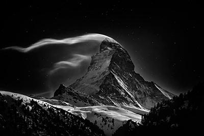 1-ое место в категории «Места»: «Гора Маттерхорн высотой 4478 метров при свете полной Луны». (Nenad Saljic)