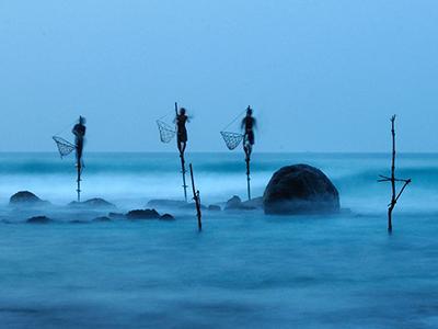 Похвальный отзыв жюри: «Рыбалка на сваях практикуется только в Шри-Ланке. Этот снимок на долгой выдержке показывает, насколько неустойчивы сваи, на которых стоят рыбаки». (Ulrich Lambert) /По материалам bigpicture.ru/