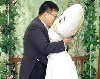 Японец женился на подушке