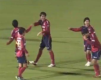 Японский футболист забил гол ударом головой с 58 метров