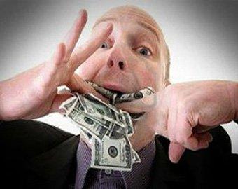 Полицейский попытался съесть взятку в 160 тысяч рублей