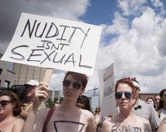 Сотни девушек стали участницами топлес-протеста