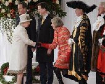 В Сети высмеяли странные поклоны Терезы Мэй королевской семье