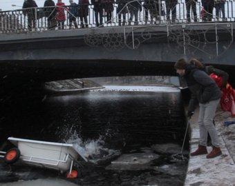 Блогер переплыл на ванне Черную речку