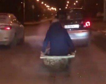 Гонка в чугунной ванне по автотрассе взорвала соцсети