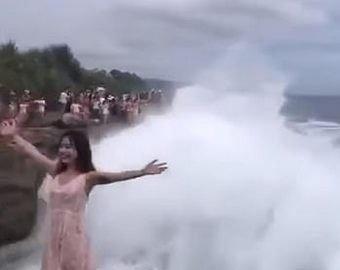 Очевидцы сняли на видео, как волна сбила туристку с утеса
