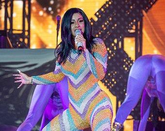 На американской певице во время выступления лопнул костюм