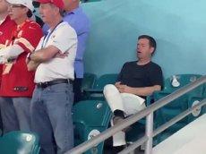 Фанат уснул на стадионе во время самого дорогого матча планеты