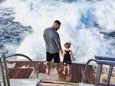 Тимати показал, как его дочь покорила волну на серфе