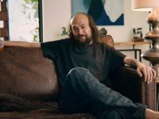 Джейсон Момоа снял накладные мускулы и парик в рекламе ипотеки