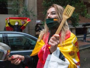 Испанцы вышли с кастрюлями на митинг, требуя прекратить карантин