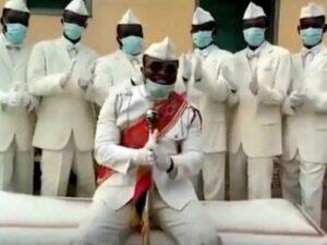Танцующие носильщики гробов из Ганы записали видео про коронавирус
