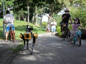 Робособака спасает людей в Сингапуре от CoViD-19