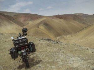 Мотоциклист рухнул с горы, так и не добравшись до вершины