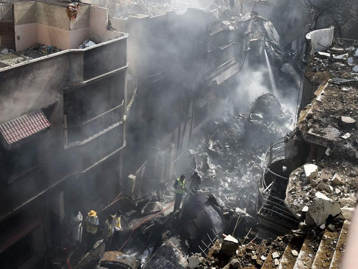 Момент спасения одного из пассажиров рухнувшего лайнера в Пакистане попал на видео
