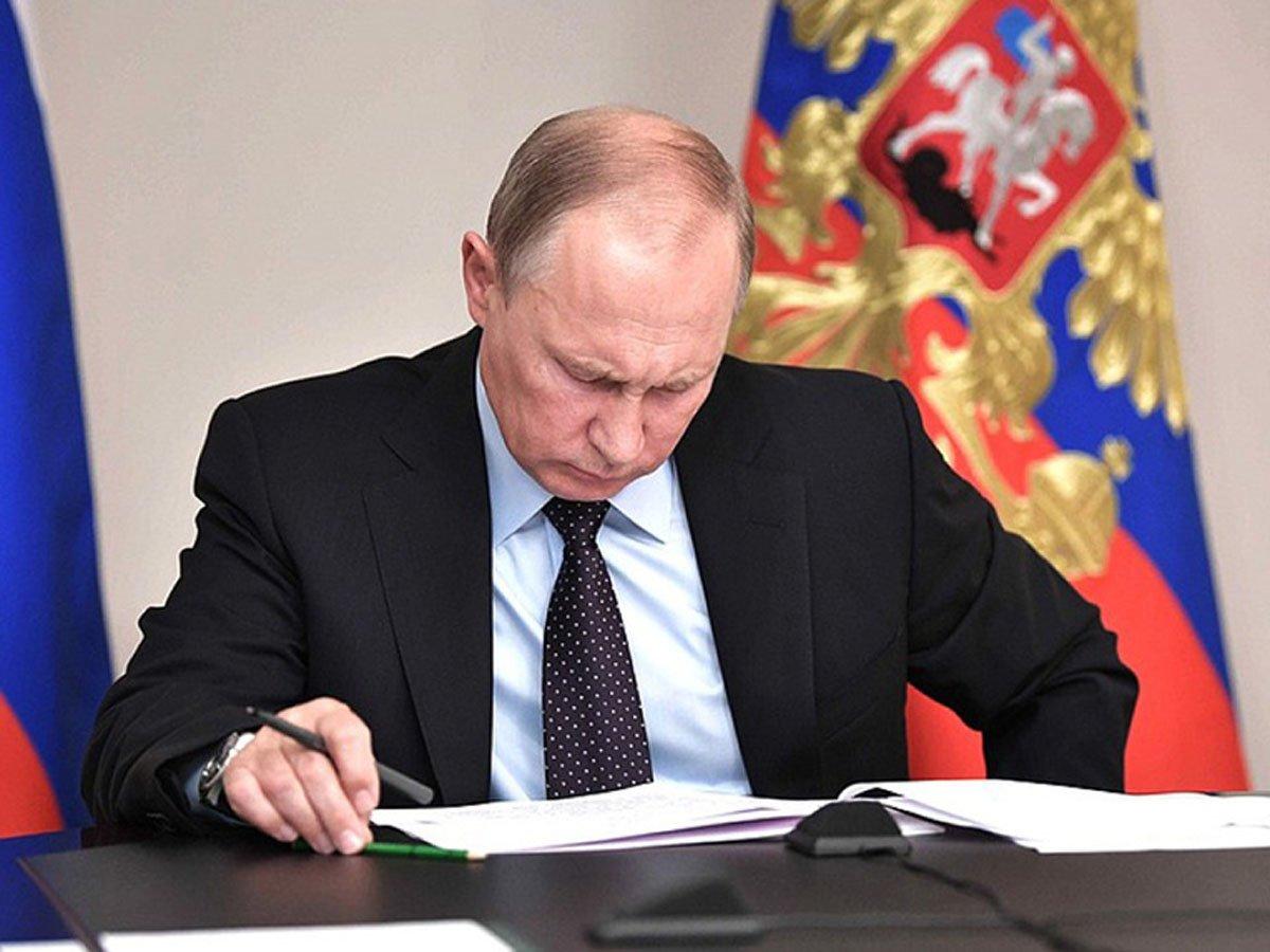 Путин в законе сослался на непринятые народом поправкив Конституцию