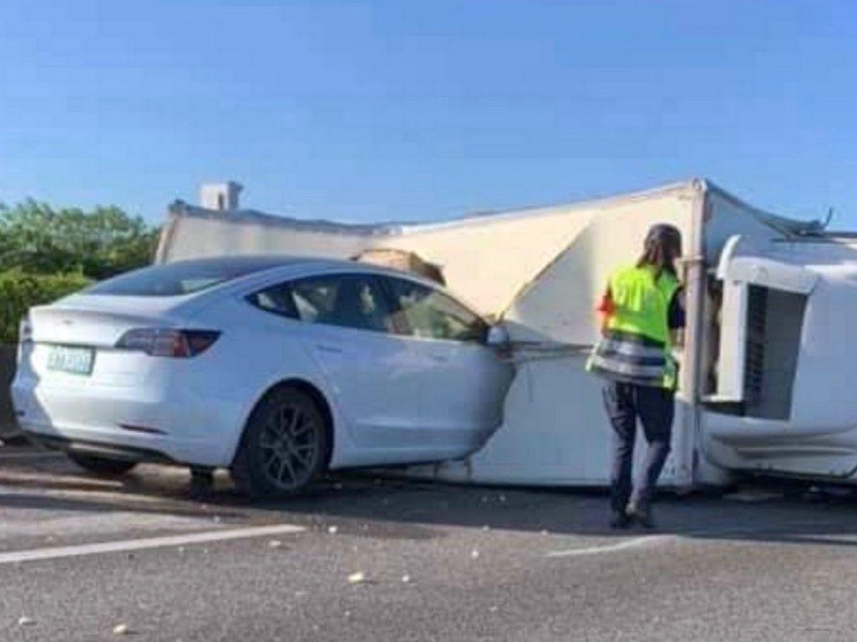 Столкновение Tesla Model 3 с грузовиком