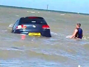 Попытка мужчины спасти унесенный в море автомобиль попала на видео